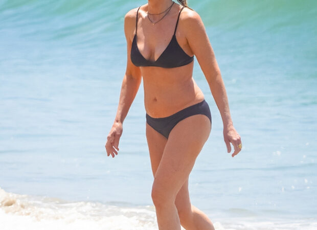 Helen Hunt, 57, Looks Fabulous In A Black Bikini As She Goes For A Dip In Malibu — Pics – HollywoodLife