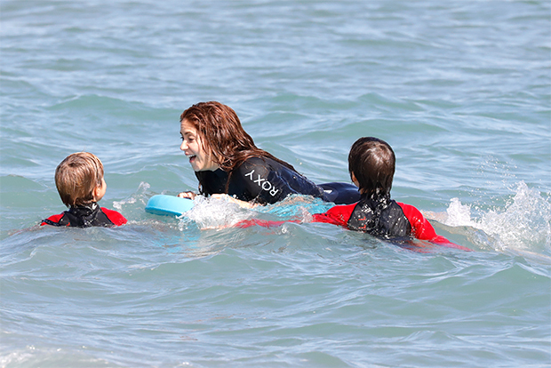 Jennifer Garner, Shakira & More Bond With Their Kids While Body-Boarding At The Beach — Pics – HollywoodLife