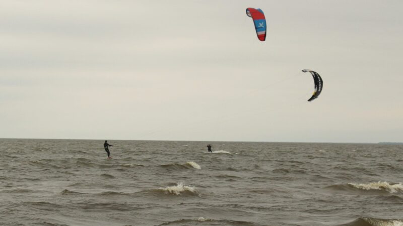 Kite boarders take last kick at the waves – Lakeshore Advance