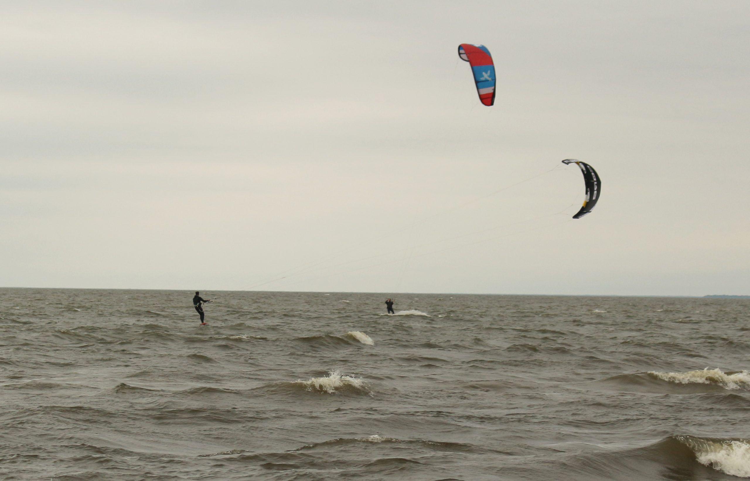 Kite boarders take last kick at the waves – Lakeshore Advance