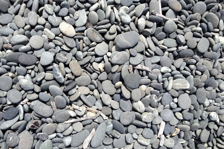Skimming stones: flatter and slightly rounded pebbles are always better | Photo: Stuartralston/Creative Commons